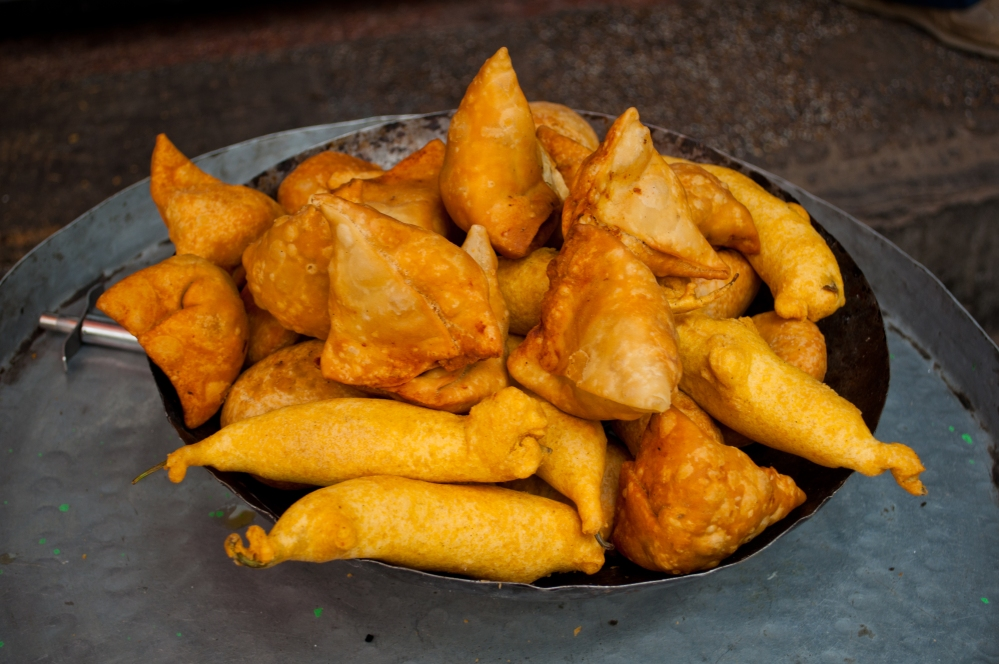 Samosas_and_pakoras_in_Jaipur,_India