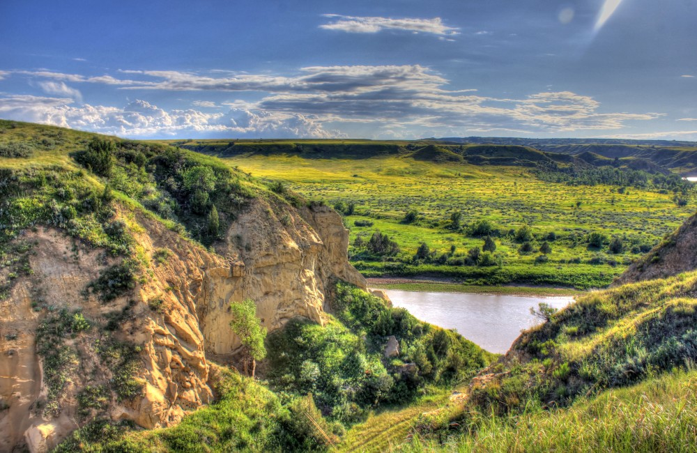 north-dakota-theodore-roosevelt-national-park-landscape-across-river
