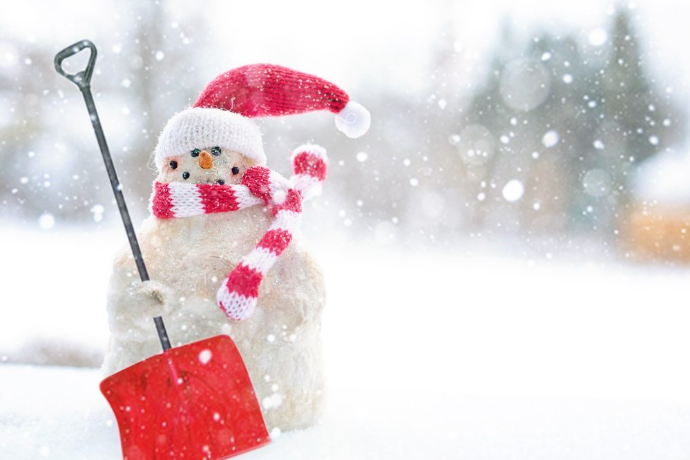 snowman-holding-shovel-3334473